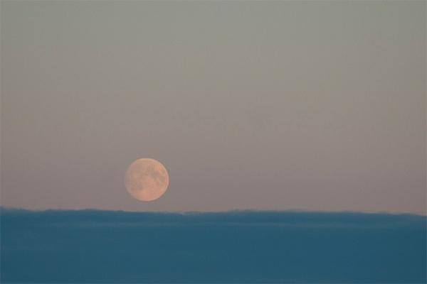 Фотография Луны, сделанная выше уровня облаков.