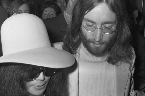 Джон Леннон женился на художнице-авангардистке Йоко Оно в марте 1969 года, через пять месяцев после развода со своей первой женой Синтией. Об этой женитьбе Леннон записал песню «Баллада Джона и Йоко» («The Ballad of John and Yoko»), в которой на басу и уд