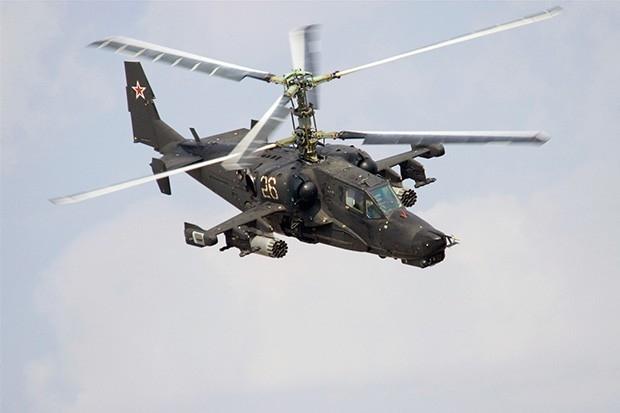 Знаменитый ударный вертолёт Ка-50, известный под именем «Чёрная акула», был разработан ОКБ Камова в начале восьмидесятых годов и уже в 1982-м совершил свой первый полёт. Испытания машины проводились в Подмосковье в условиях секретности – Ка-50 был раскраш