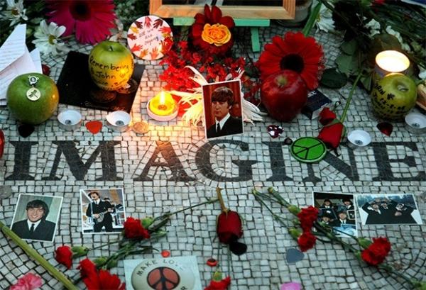 В Центральном парке Нью-Йорка установлена мемориальная табличка в память о Джоне Ленноне, надпись на которой гласит: «Представь» - эта надпись дублирует название одного из альбомов музыканта («Imagine»), вышедшего в 1971 году. Ежегодно поклонники Леннона