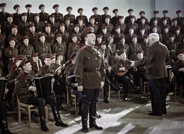 Солист Евгений Беляев в сопровождении хора ансамбля имени Александрова. Фото сделано во время гастролей ансамбля в Канаде в 1962 году.