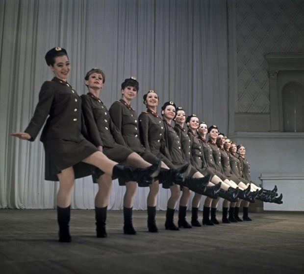 Дважды Краснознаменный академический ансамбль песни и пляски Советской Армии имени А. В. Александрова. Танец «Приглашение» в исполнении женской труппы ансамбля. 1978 год.