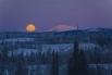 Луна в небе над рекой Тахини, Канада.