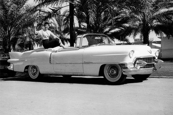 Cadillac Eldorado 1956 года выпуска. Одна из знаковых моделей американского автопрома, определившая облик эпохи. Фиолетовый кабриолет Eldorado является самой известной машиной Элвиса.