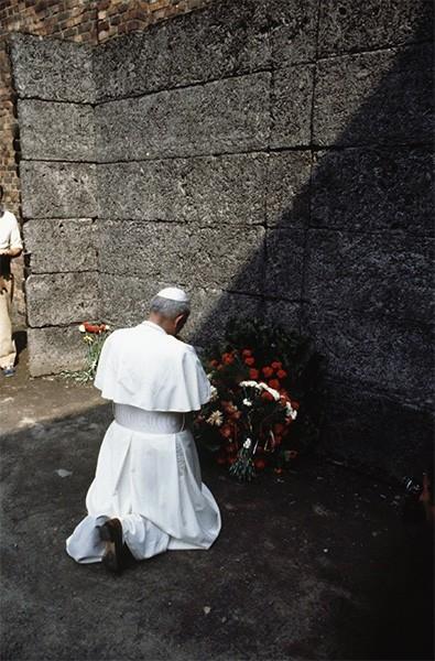 Иоанн Павел II во время посещения бывшего концлагеря в Аушвитце. Июнь 1979 года.