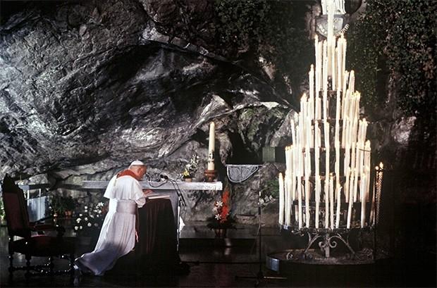 Иоанн Павел II совершает молитву в гроте в городе Лурд, одном из наиболее популярных в Европе центров паломничества. Август 1983 года.