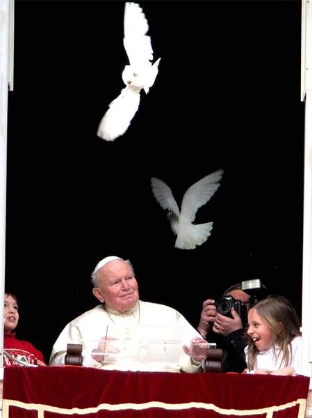 Первое появление Иоанна Павла II на публике после одной из госпитализаций. 2 февраля 2005 года.