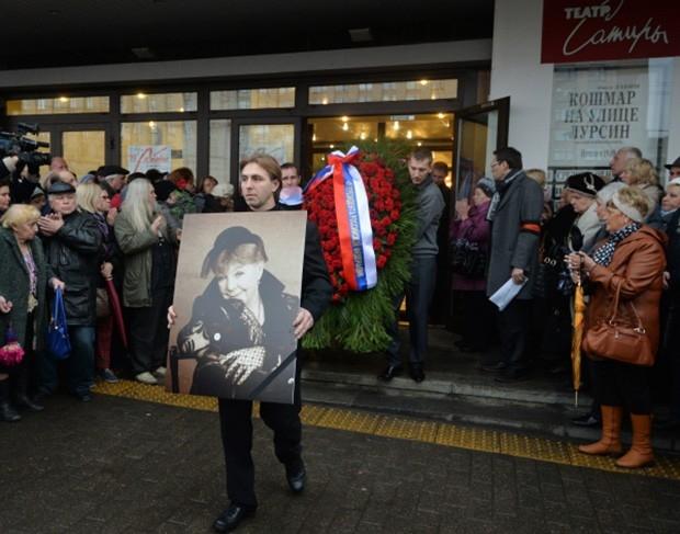 Гроб с телом Ольги Аросевой выносят из здания театра Сатиры после церемонии прощания.