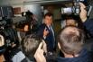 Сергей Боженов, направляясь в реанимационное отделение, выбирает нескольких журналистов, которым разрешат войти вместе с ним