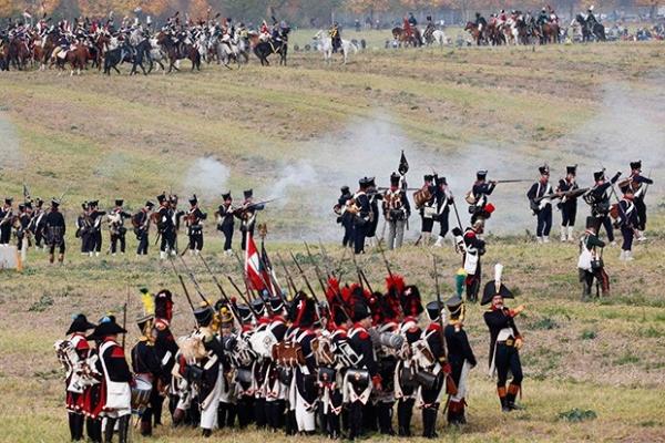 Реконструкторы тщательно воспроизвели не только оружие и ход битвы, но также военную форму того времени.