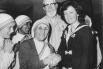 Агнес Гонджа Бояджиу родилась 26 августа 1910 года в македонском городе Скопье, но уже в 18 лет она уехала в Ирландию, где вступила в монашеский орден. На фото: Мать Тереза с известной английской общественной активисткой Кей Келли.