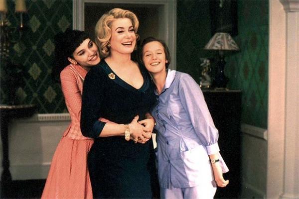 Катрин Денёв вместе с другими звёздами французского кино Изабель Юппер и Фанни Ардан составила яркий актёрским ансамбль в комедийном водевиле Франсуа Озона «8 женщин», снятом по пьесе Робера Тома «8 любящих женщин» 1961 года. Особый акцент в картине был с