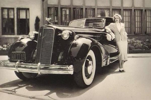 В 30-х годах фирма Cadillac выпустила три экземпляра своей флагманской модели Series 90 V-16 Town Car – четырёхметровый автомобиль с 16-цилиндровым двигателем и самым вместительным в тот момент багажником. Именно такую модель купила себе культовая актриса.