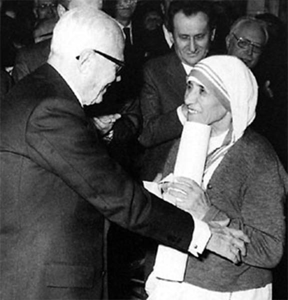 10 сентября 1946 года Матери Терезе было разрешено от имени ордена помогать бедным и обездоленным Калькутты, а уже через два года она организовала там общину - монашескую конгрегацию «Сёстры Миссионерки Любви». На фото: Мать Тереза с президентом Италии.