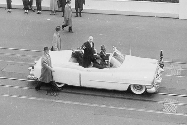 Президент США Дуайт Эйзенхауэр вместе с Первой леди Мейми Эйзенхауэр на Cadillac Eldorado Convertible на параде инаугурации. 20 января 1953 года.