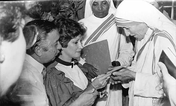 Спустя некоторое время орден «Ирландские сестры Лорето» отправил Мать Терезу в Калькутту, где та на протяжении 20 лет преподавала в женской школе святой Марии. На фото: Мать Тереза с губернатором Северного Сантандера Кайетано Морелли Лазаро и его женой.