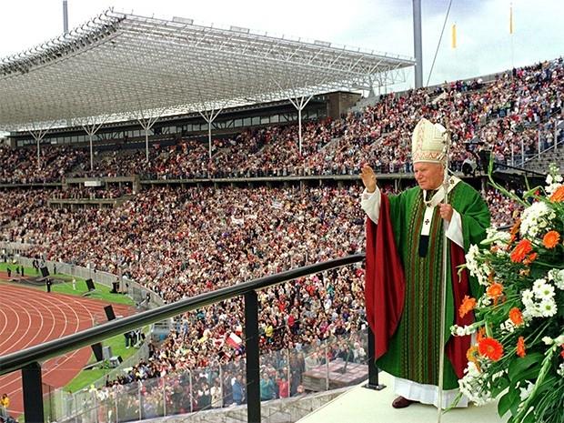 Иоанн Павел II на олимпийском стадионе в Берлине. 23 июня 1996 года.