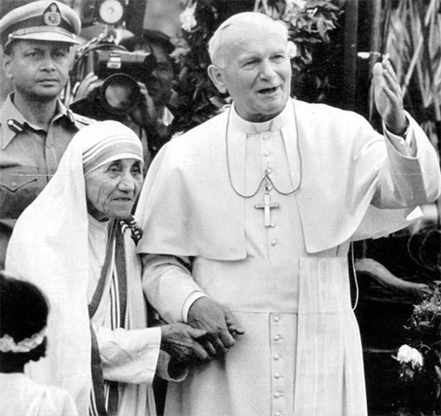 Во время визита к Папе Римскому Иоанну Павлу II в 1983 году у Матери Терезы случился первый сердечный приступ. После второго в 1989 году ей вживили искусственный кардиостимулятор. На фото: Мария Тереза с Иоанном Павлом II.
