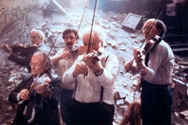 В 1978 году за 16 дней Федерико Феллини в псевдодокументальной манере снял драму «Репетиция оркестра» - лента была выполнена в виде интервью с участниками симфонического оркестра. Лента построена на контрасте слов персонажей и их поступков.