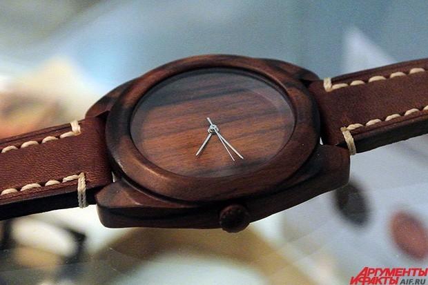 Корпус этих часов сделан из цельного куска дерева и среди моделей не будет ни одной одинаковой из-за сохранения натурального рисунка той или иной породы.