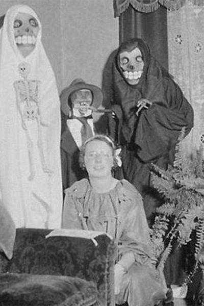 Реалистичность не была сильной стороной костюмов скелетов начала века.