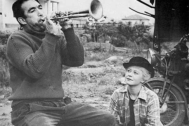 Фильм «Дорога», ставший первой иностранной картиной получивший премию «Оскар» в номинации «Лучший фильм на иностранном языке». В этой ленте жена Феллини Джульетта Мазина сыграла свою первую значимую роль в кино – за эту работу она была номинирована на премию BAFTA как лучшая зарубежная актриса.