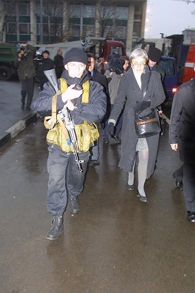Через 10 часов Рошаль вместе с журналисткой Анной Политковской вернулся в здание, чтобы передать заложникам медикаменты и средства личной гигиены.
