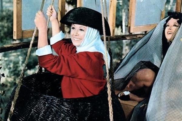 Идею фильма «Джульетта и духи» Федерико Феллини вынашивал на протяжении десяти лет. Режиссёр снимал его для Джульетты Мазины и, по его собственным словам, стремился «вернуть женщине её подлинную независимость». Картина получила «Золотой глобус» как лучший зарубежный фильм.