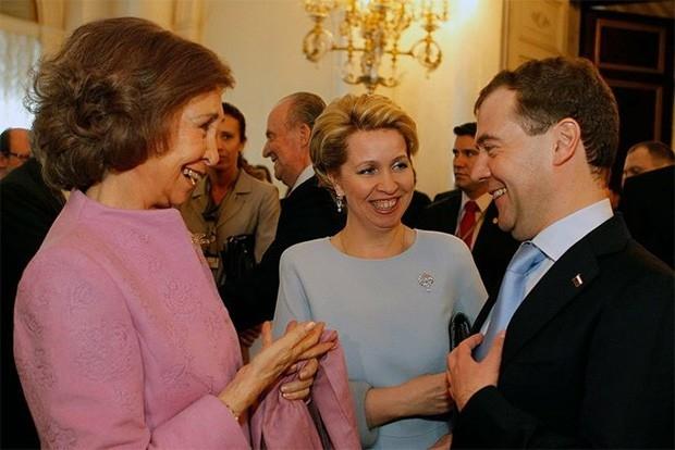 Королева София является обладательницей целого ряда наград, среди которых орден Карлоса III, орден «За заслуги перед Итальянской Республикой», орден Нидерландского Льва, а также орден Святой Ольги и Святой Софии. На фото: королева София и Дмитрий Медведев