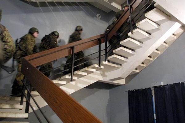 Директор ФСБ Николай Патрушев вечером 25 октября сообщил, что власти готовы сохранить террористам жизнь, если те освободят всех заложников. Боевики ответили отказом. Видя, что переговоры не дают значительного прогресса, силовики принимают решение о штурме