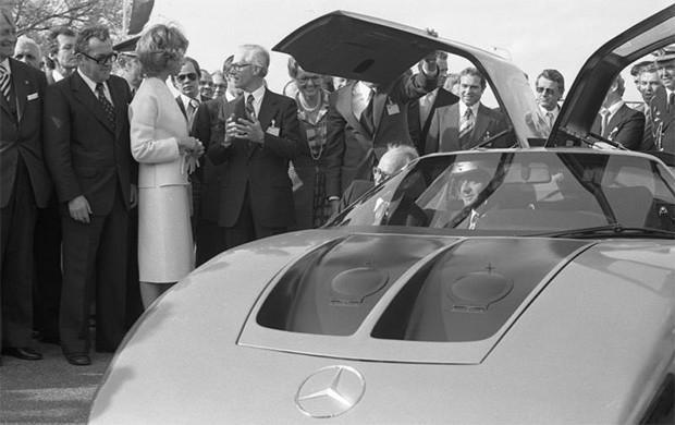 Королева София родилась в Афинах в семье принца Павла Греческого и его жены, будущих короля Греции Павла I и королевы Фредерики. На фото: король Хуан Карлос и королева София посещают с визитом завод Daimler-Benz в Штутгарте, 1977 год.