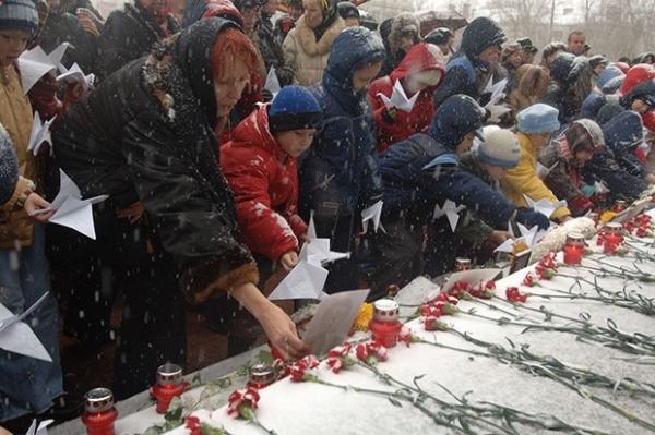 Захват заложников на Дубровке стал крупнейшим терактом после взрывов жилых домов в 1999 году. За рубежом операцию по освобождению заложников назвали блестящей, но пересуды на тему штурма продолжаются до сих пор – власти так и не раскрыли состав пущенного