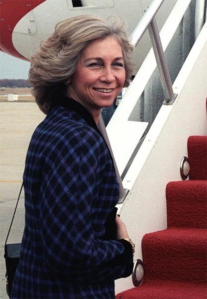 На трон Хуан Карлос взошёл в ноябре 1975 года, после смерти каудильо Франко. Тогда Хуан Карлос был провозглашён королём, а София – королевой. На фото: поролева София перед отлётом в США, 1986 год.
