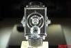 Создатель этой швейцарской модели наш соотечественник был вдохновлён достижениями XIX века. У этих часов с корпусом как у старинного фотоаппарата есть окно демонстрирующее один из первых мультфильмов в мире – бегущую галопом лошадь. Этот рисунок воспроизв