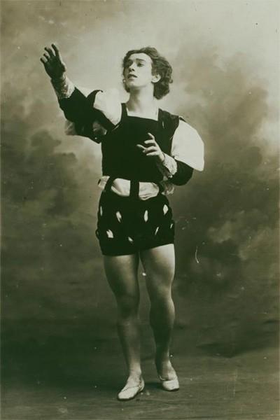 Вацлав Нижинский родился в Киеве в 1889 году и после развода родителей вместе с матерью и братом переехал в Петербург, где поступил в балетную школу. С 1906 года выступал в Мариинском театре, после чего был приглашён Дягилевым для участия в балетном сезоне 1909, где снискал огромный успех. За способность к высоким прыжкам и длительной элевации его назвали человеком-птицей, вторым Вестрисом.