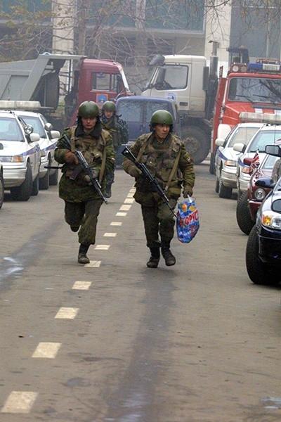 Сразу после захвата здания, произошедшего около девяти вечера 23 октября, к центру были стянуты усиленные наряды милиции, а также сотрудники ОМОНа и СОБРа.