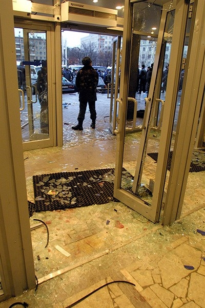 На протяжении часа с небольшим из здания раздавались звуки взрывов и выстрелов и, наконец, к 6:30 официальный представитель ФСБ Сергей Игнатченко заявил, о том, что Театральный центр находится под контролем спецслужб, а большинство боевиков уничтожены.