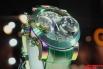 Металл, из которого был сделан корпус этих часов, прошёл плазменную обработку. Именно этим объясняется столь необычная игра цвета, которая меняет оттенки в зависимости от освещения и угла зрения.