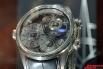 Хронограф, барометр и альтиметр в одном корпусе. Первый в мире механические часы, которые могут предсказывать погоду. Давление измеряют две анероидные капсулы из немагнитного сплава.