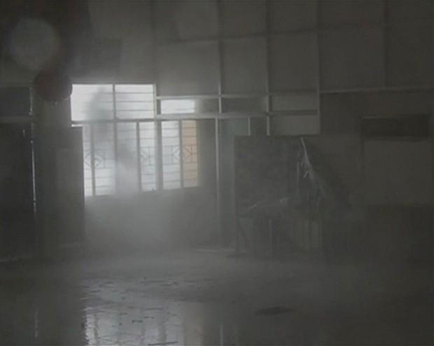 Порывы ветра настолько сильные, что он проникает даже внутрь уцелевших зданий.