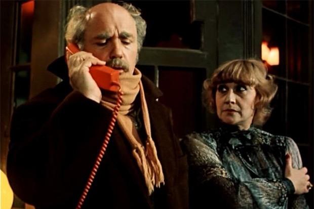 В 1982 году на студии «Мосфильм» Алла Сурикова поставила комедию «Ищите женщину», снятую по французской адаптации пьесы «Миссис Пайпер ведёт следствие» Джека Поплуэлла. Одна из особенностей картины заключается в том, что события в ней разворачиваются в од