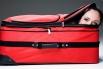 Быстрее всех в мире в дорожную сумку упаковывается американка Лесли Типтон – чтобы самостоятельно убраться в чемодан ей нужно лишь 5,43 секунды.