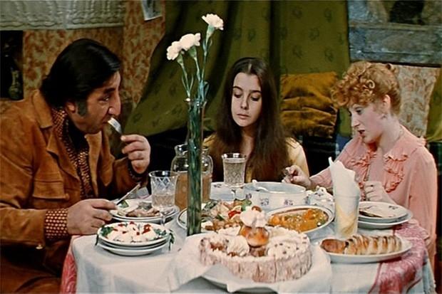 Комедия «Суета сует» стала первым фильмом Аллы Суриковой, который добился коммерческого успеха – в советском прокате его посмотрели более 25 млн человек. Фильм рассказывает о разводе семейной пары после долгих лет брака. Главные роли исполнили Галина Поль