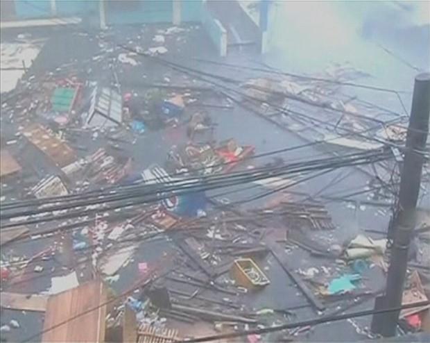 В городе Самар тайфун уже разрушил множество зданий. Были эвакуированы свыше 125 тысяч человек.