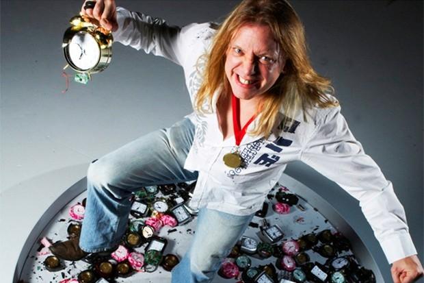 По количеству разбитых ногой будильников за одну минуту, согласно Книге рекордов, лидирует англичанин Джей Уэддон – 3 октября 2008 года за указанное время он раздавил 88 будильников. В какое время суток происходила зачётная попытка не сообщается.