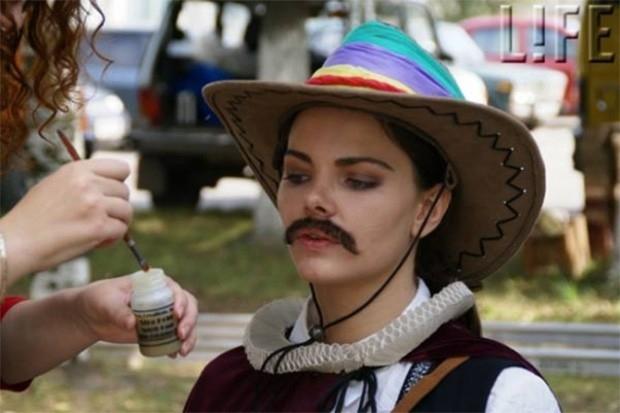 В 2009 году Алла Сурикова сняла сиквел к своему предыдущему фильму – «Человек с бульвара Капуцинок». В этой картине главным персонажем является Маша Фёст, внучка Джонни Фёста из «Человека с бульвара Капуцинов», отправившаяся в Россию снимать кино. Роль гл