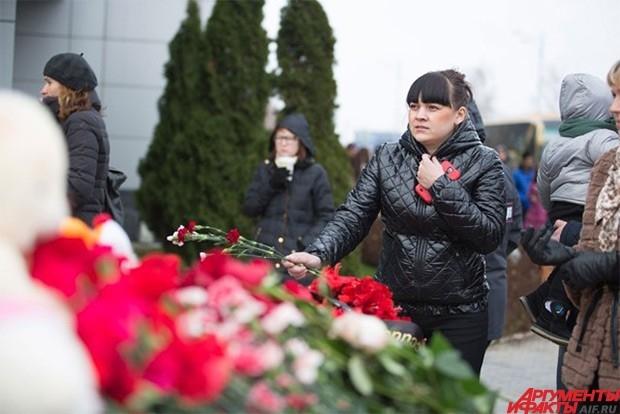 Прощаясь с погибшими, люди приносили на место трагедии цветы и сувениры.