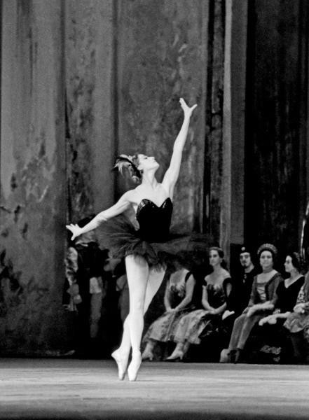 Майя Плисецкая стала примой балета Большого театра в 1960 году, после ухода со сцены Галины Улановой. Годом позже Плисецкая блестяще исполнила партии Одетты-Одиллии в «Лебедином озере», Авроры в «Спящей красавице», а также поучаствовала в ряде других постановок.