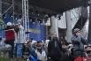 Люди на подходе и непосредственно на Европейской площади. Некоторые предстали тут как на театральных подмостках