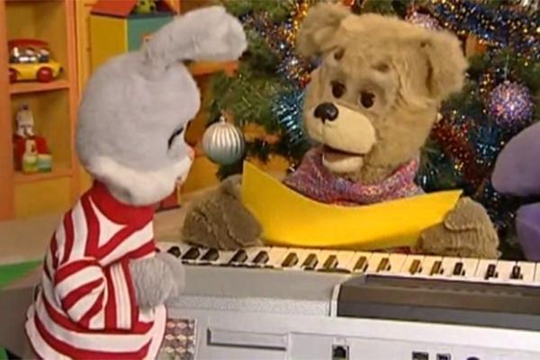 С недавних пор к проекту на постоянной основе примкнул медведь Мишутка. Он эпизодически появлялся в программе до 1992 года, а с 4 марта 2002-го стала одним из постоянных ведущих. В создании его образа принимали участие дети из разных регионов России.